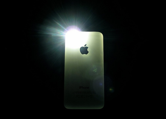 iPhone 4S – flash in the dark, por Gabriele B.